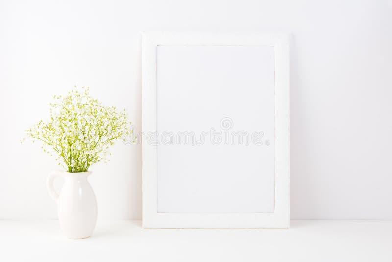 Weißes Rahmenmodell mit Rue Anemone-Blumen stockfotos