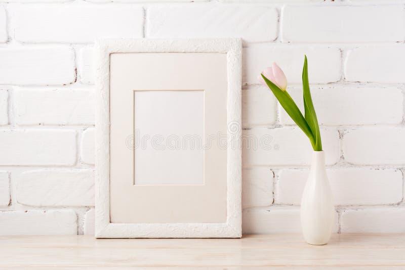 Weißes Rahmenmodell mit zarter rosa Tulpe lizenzfreie stockfotos