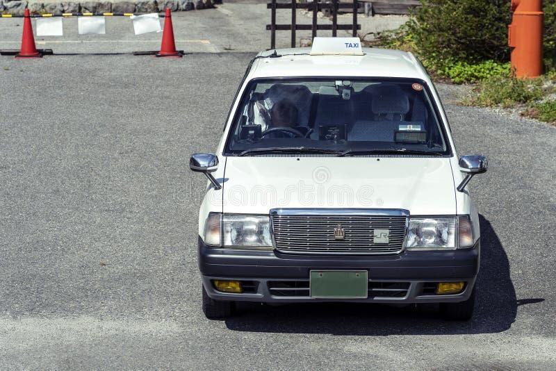 Weißes Retro- japanisches Taxi-Auto in Tokyo, Japan lizenzfreie stockbilder