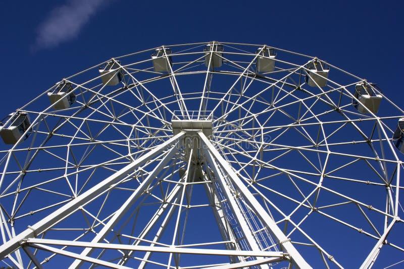 Weißes Riesenrad auf blauem Himmel lizenzfreies stockbild