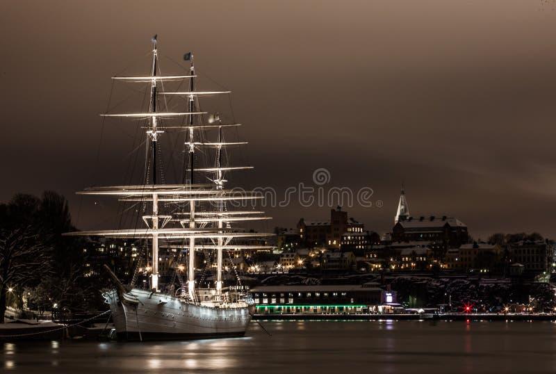 Weißes Schiff im Hafen bei Nacht stockfoto