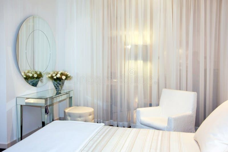 Weißes Schlafzimmer lizenzfreie stockfotos