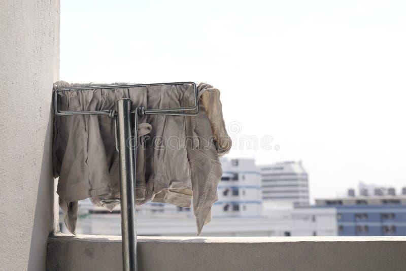 Weißes schmutziges des Moppstoffes für das Abwischen, Mopp für Reinigungsboden, Moppkopf an der Wand nach Reinigung, MoppPutztuch stockfotos