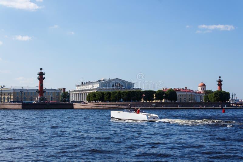 Weißes Schnellboot in Neva-Fluss stockfotos