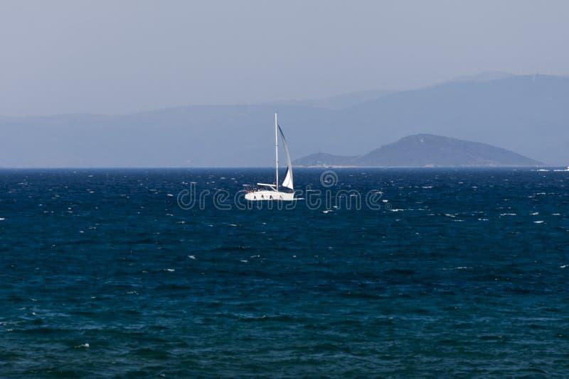 Weißes Segelboot auf dem blauen ägäischen türkischen Meer lizenzfreies stockbild