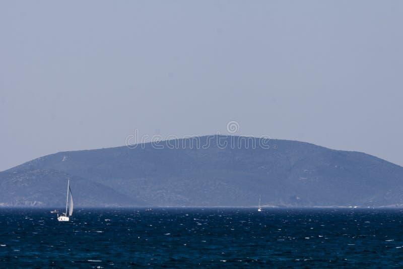 Weißes Segelboot auf dem blauen ägäischen türkischen Meer stockfotografie