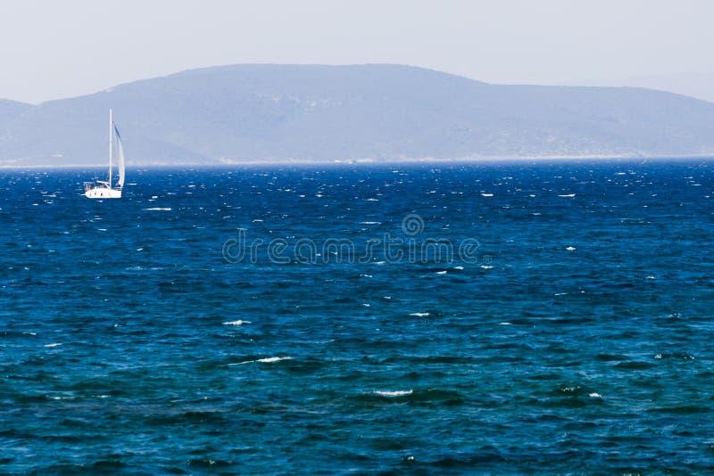 Weißes Segelboot auf dem blauen ägäischen türkischen Meer lizenzfreie stockfotografie