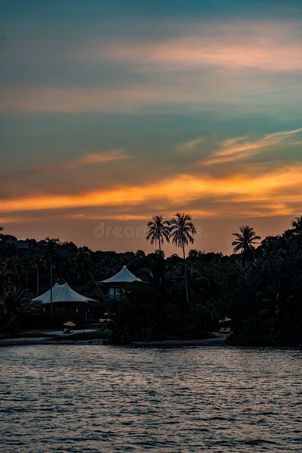 Weißes Segeltuchdach auf der modernen Häuschenweinlese eco Art sind Bank auf der Koh Kood-Insel im privaten Luxus-Resort in Thail stockfoto