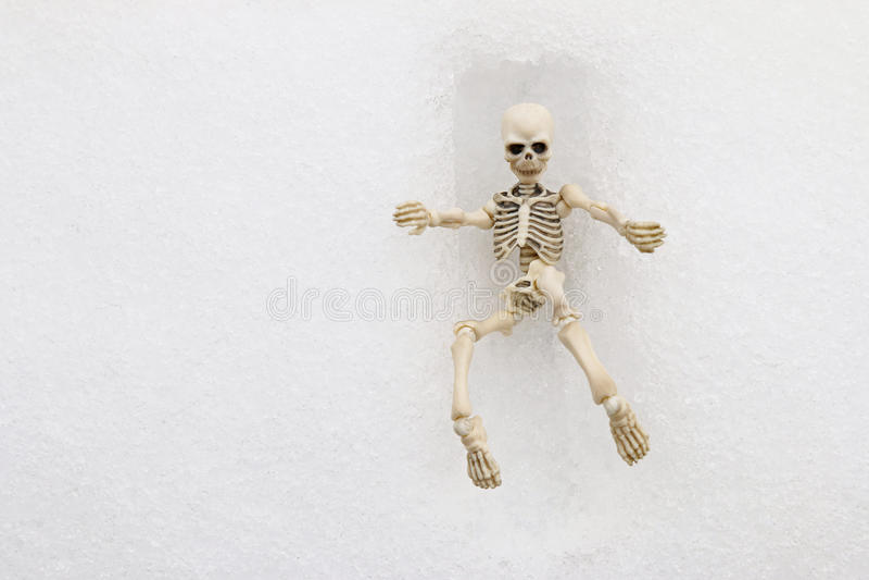 Weißes skeleton Versuchen, ein quadratisches Grab zu verlassen stockfotos