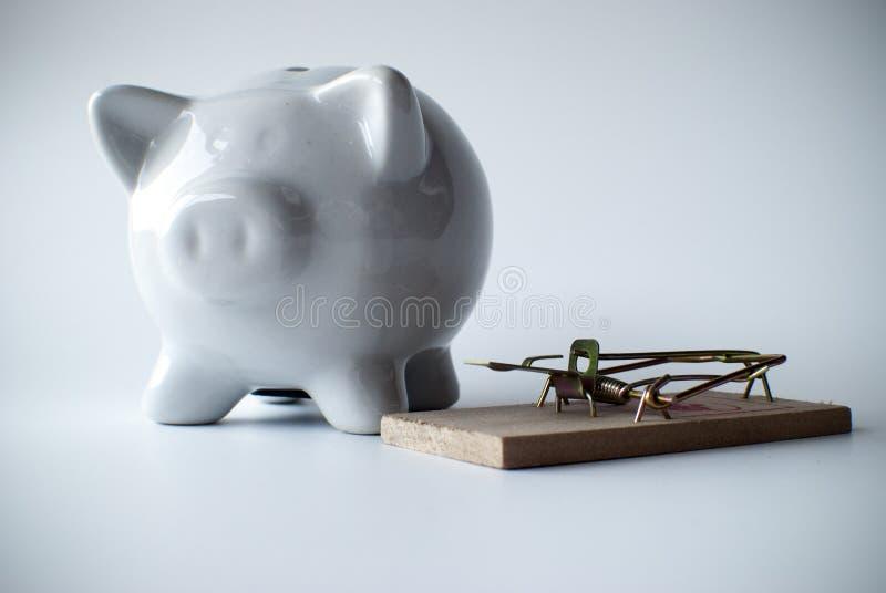 Weißes Sparschwein und Mausefalle stockfoto