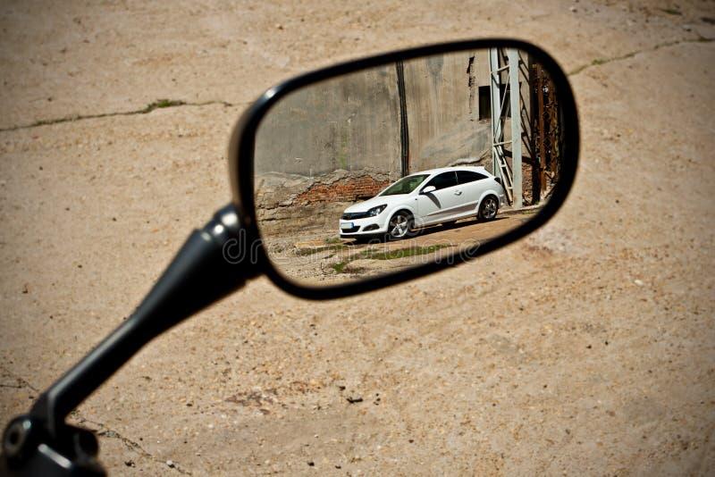 Weißes Sportauto reflektiert im Spiegel lizenzfreie stockfotos