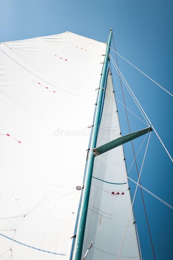 Weißes Stoffgewebe, Maste und Seilnahaufnahme auf dem Segel des Dreiyacht- oder Yachtsegelboots lizenzfreie stockbilder
