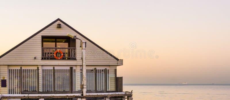 Weißes Strandhaus auf dem Pier von Blankenberge, Belgien, Architektur der belgischen Küste bei Sonnenuntergang lizenzfreies stockfoto