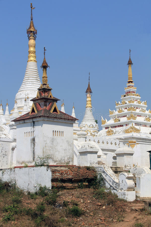 Weißes Stupas bei Mahar Aung Mye Bon San Monastery stockfotografie