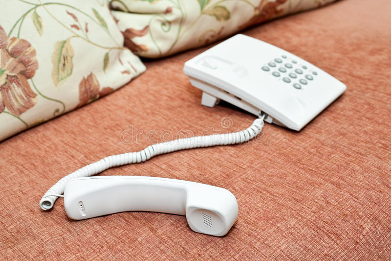 Weißes Telefon auf der Couch stockfoto