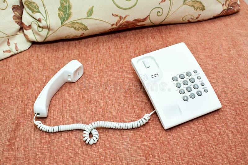 Weißes Telefon auf der Couch lizenzfreie stockfotografie