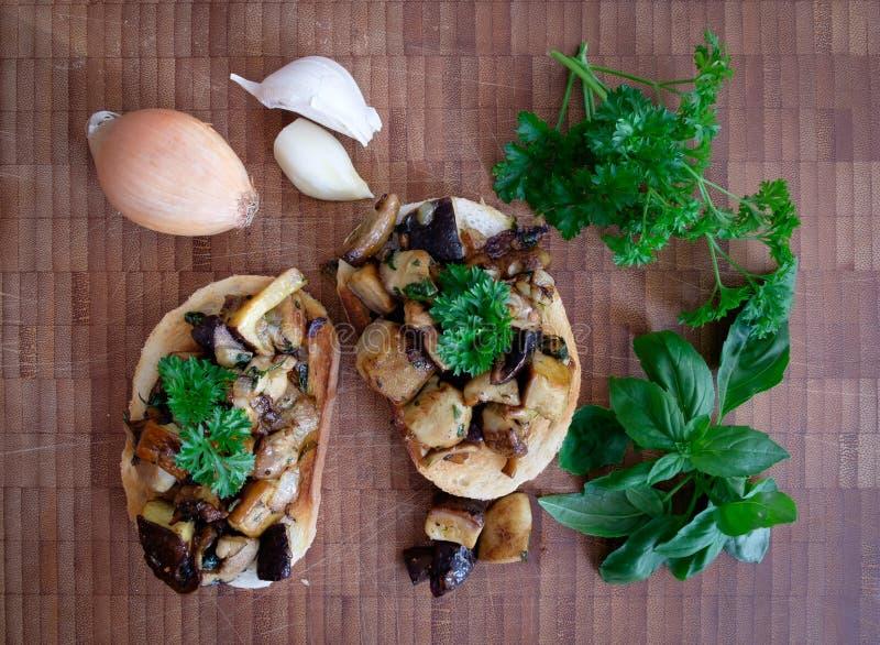 Weißes Toastbrot mit Knoblauch, Zwiebel, Pilzen und Kräutern stockfoto