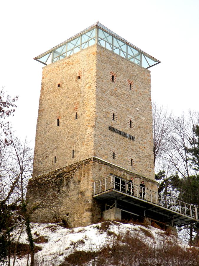 Weißes towerin die alte mittelalterliche Stadt von Brasov (Kronstadt) stockfotos