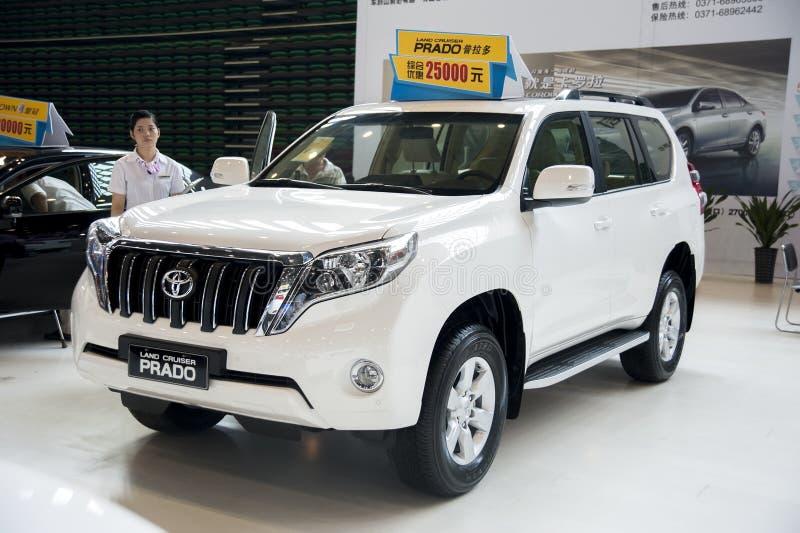 Weißes Toyota-Landkreuzer prado Auto lizenzfreie stockfotos