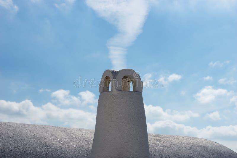 Weißes traditionelles griechisches Dach und Kamin im Dorf Oia von Santorini lizenzfreies stockfoto