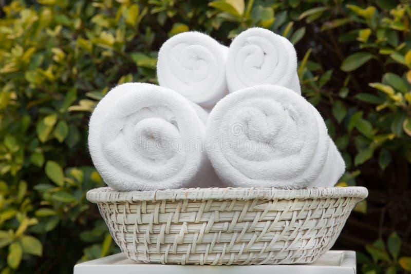 Weißes Tuch im Korb für Badekurort lizenzfreie stockfotografie