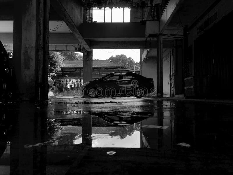 Weißes u. schwarzes Auto lizenzfreies stockbild