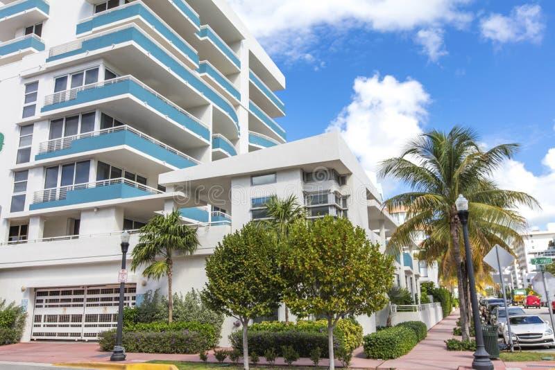 Weißes und blaues Gebäude im Ozean-Antrieb Miami Beach lizenzfreie stockfotografie