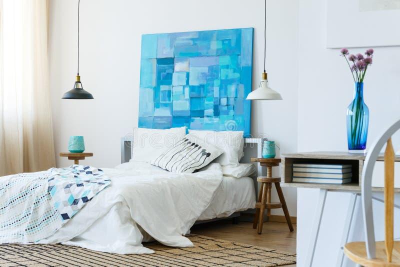 Weißes und blaues Schlafzimmer lizenzfreie stockfotografie