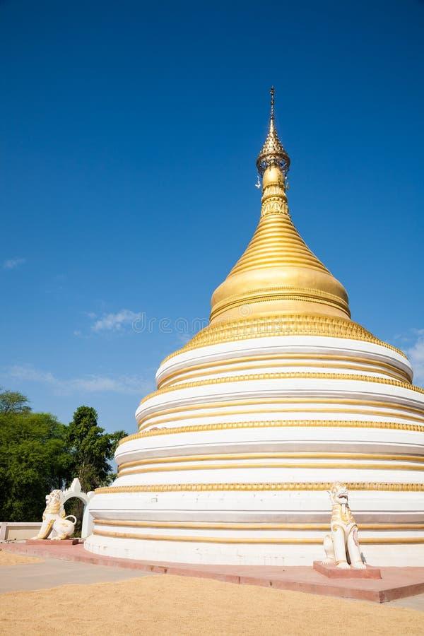 Weißes und goldenes stupa, Mandalay, Birma lizenzfreie stockfotografie
