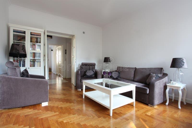 Weißes und purpurrotes Wohnzimmer lizenzfreie stockfotografie