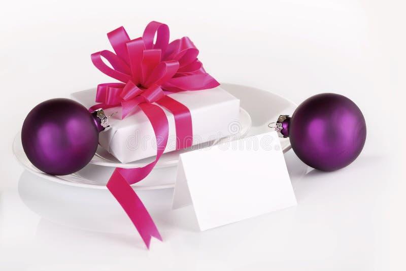 Weißes und rosafarbenes Geschenk lizenzfreie stockbilder