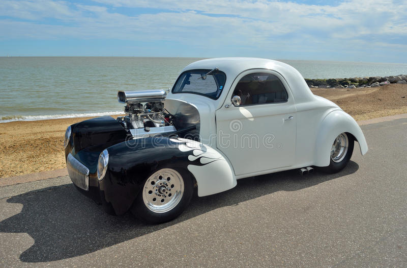 Weißes und schwarzes Hotrod-Auto lizenzfreie stockfotografie