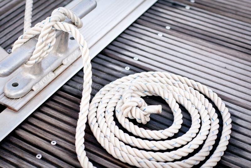 Weißes Verankerungs- Seil stockfoto