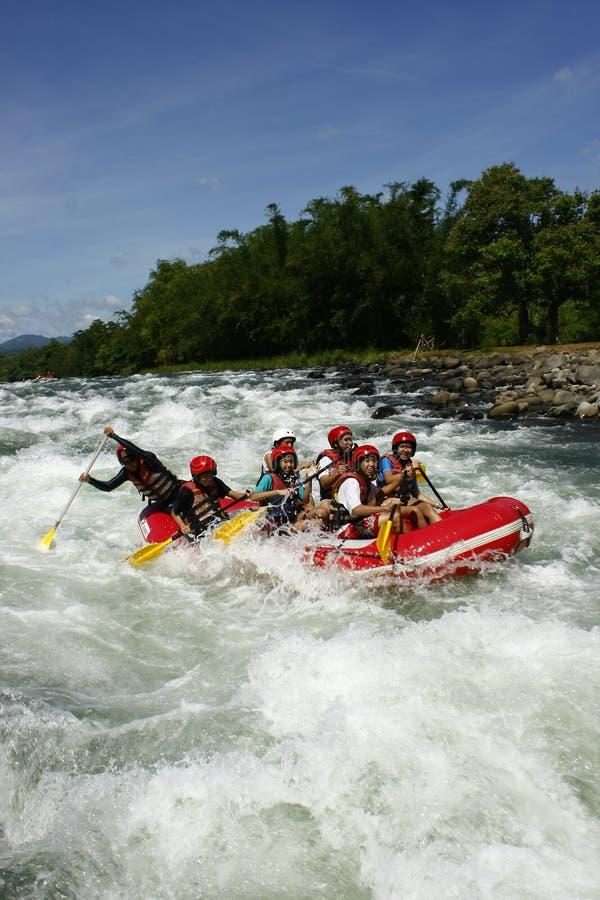 Weißes Wasser, das in Cagayan de Oro Philippinen flößt stockfotos