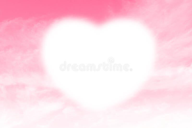 Weißes Weiche der Wolken-Herzform auf dem Himmel-Rosahintergrund, der auf Himmel für Designvalentinsgruß-Grußkarten Herz-förmig i stockfoto