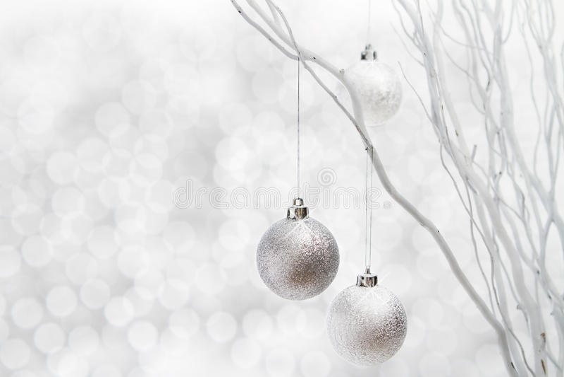 Weißes Weihnachtshintergrundsilberkugeln