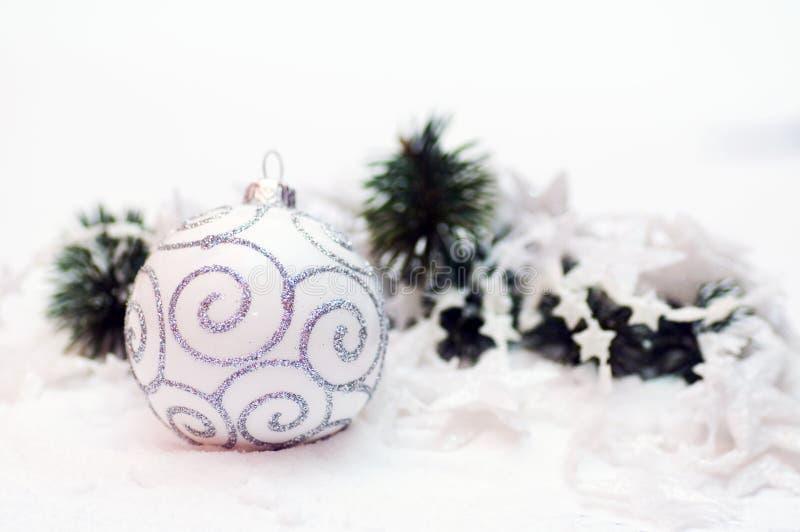 Weißes Weihnachtskugeldekoration stockbilder