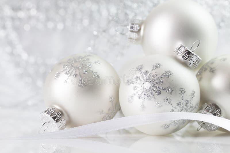 Weißes Weihnachtsverzierungen lizenzfreie stockbilder