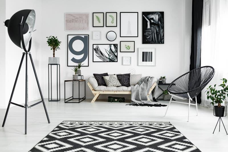 Weißes Wohnzimmer stockfotografie