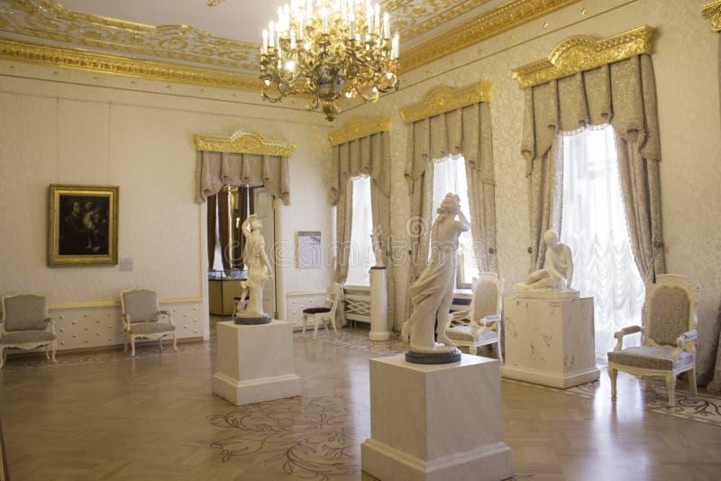 Weißes Wohnzimmer am Sheremetyev-Palast lizenzfreie stockfotos