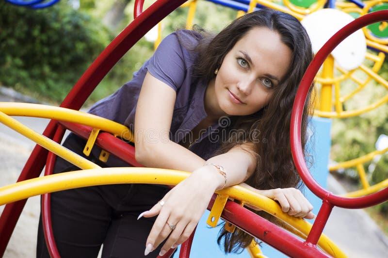 Weißes wooman auf Spielplatz lizenzfreies stockfoto