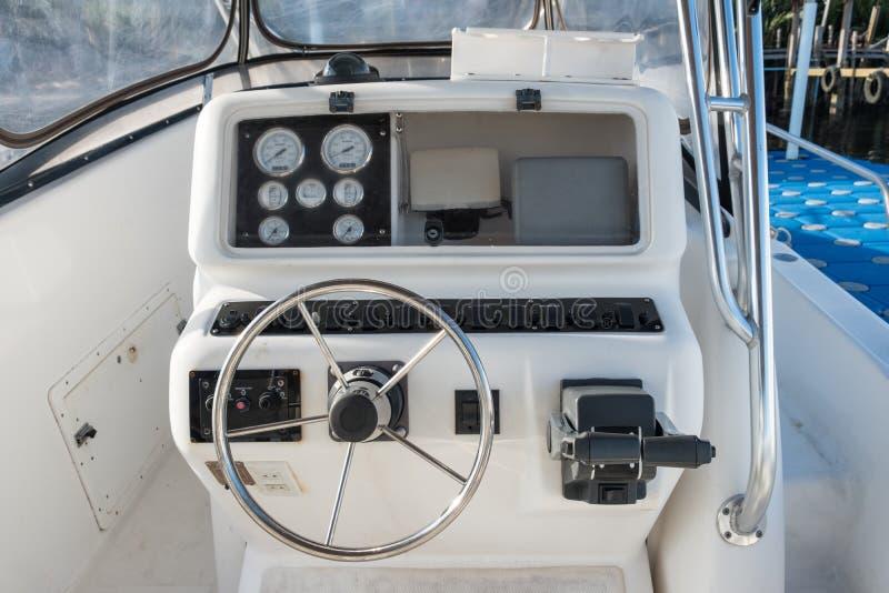 Weißes Yachtbedienfeld mit Lenkrad lizenzfreie stockfotografie