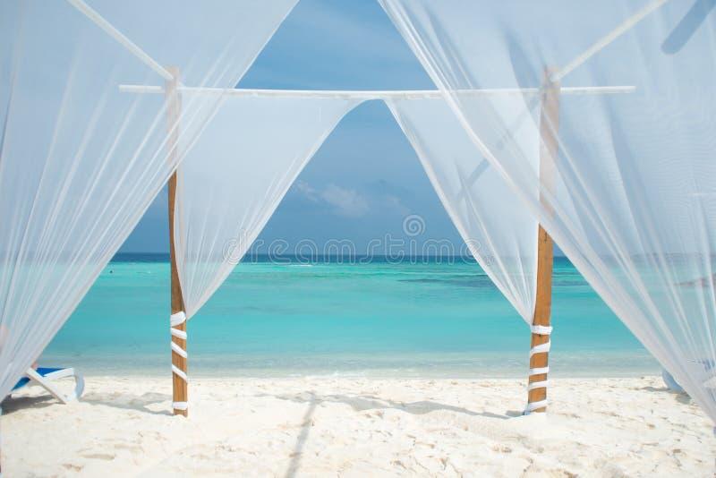 Weißes Zelt für Hochzeitszeremonien oder romantischen Abend auf einer maledivischen Insel lizenzfreies stockfoto