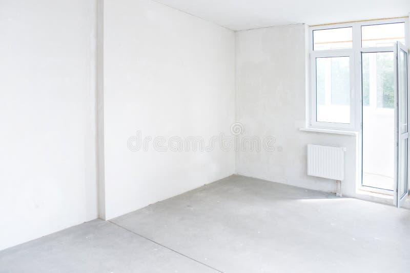 Weißes Zimmer mit Fenster lizenzfreies stockbild