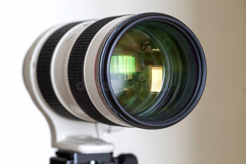 Weißes Zoomteleobjektiv der Berufsdigitalkamera lizenzfreies stockfoto