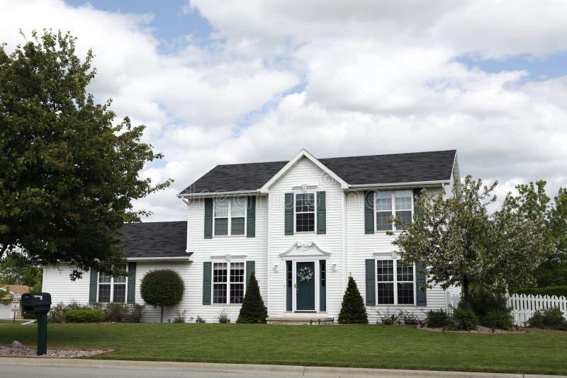 Weißes zweistöckiges Haus stockfotos