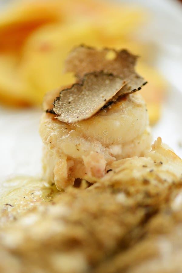 Weißfischleiste mit schwarzen Trüffeln stockfoto