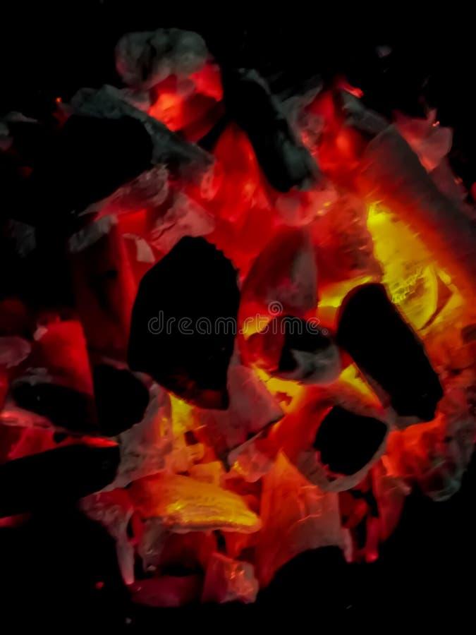 Weißglühende Kohlen in den rötlichen und orange Tönen lizenzfreies stockfoto