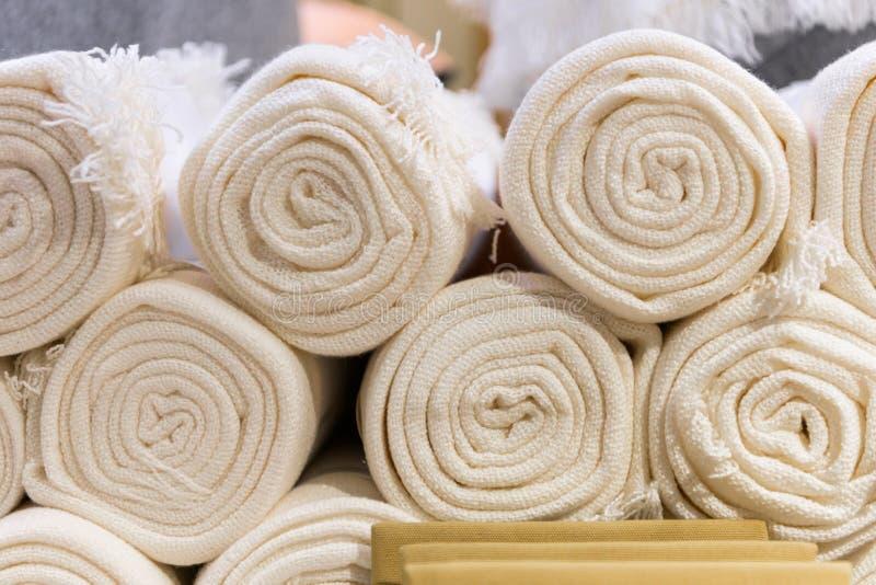 Weißhandtücher in der Textilfabrik aufgewickelt lizenzfreies stockfoto