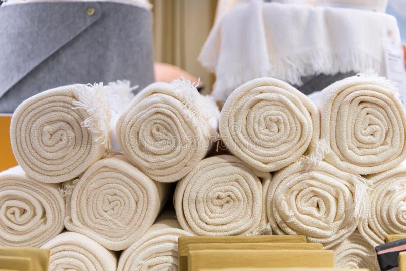 Weißhandtücher in der Textilfabrik aufgewickelt lizenzfreie stockfotos